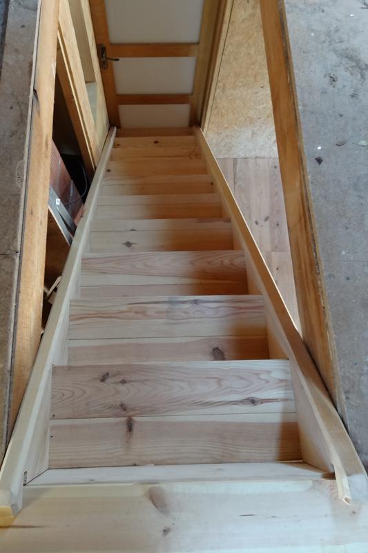 Escalier droit en pin, vu de dessus