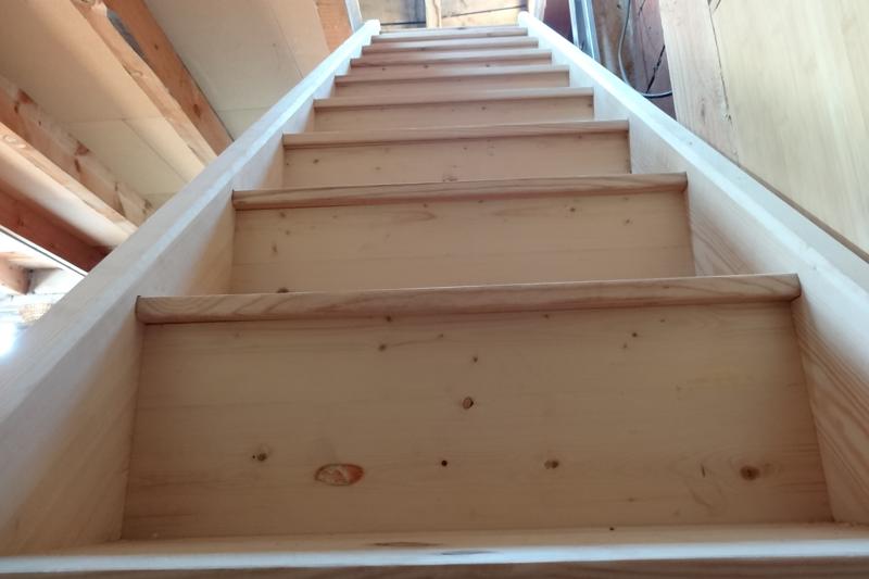 Escalier droit en pin , vu d'en bas