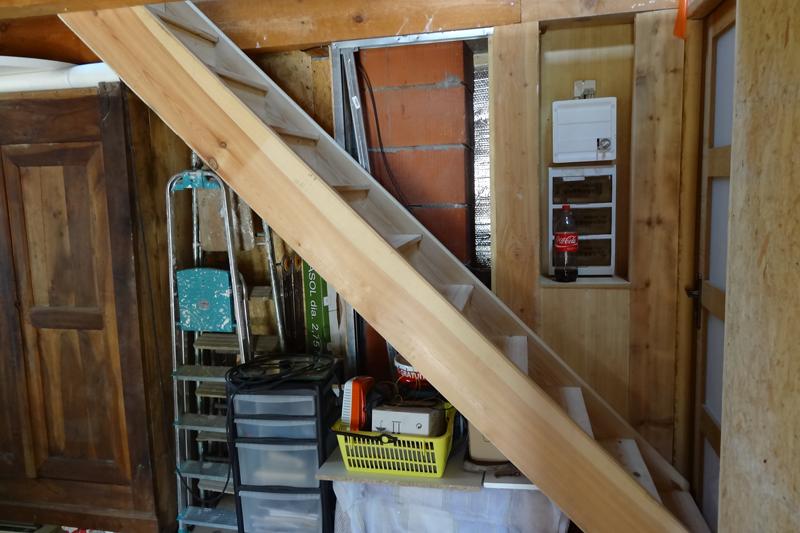 Escalier droit en pin , vu  de profil