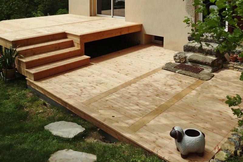 Terrasse en bois de douglas naturel lisse et rainurées