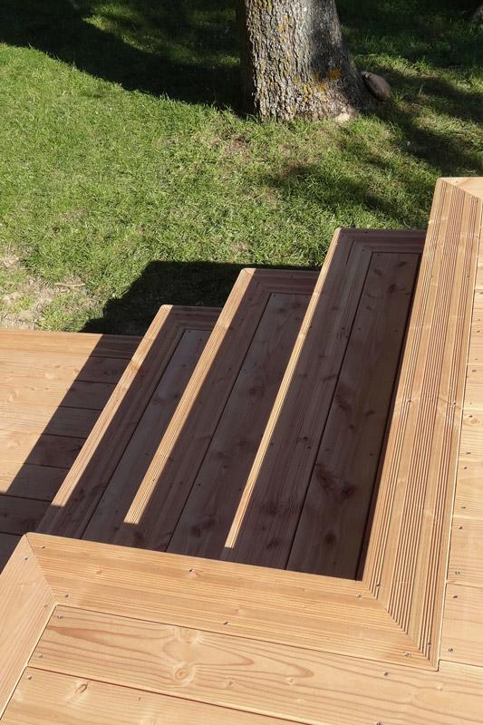 Escalier en bois avec nez de marche en lames de terrasse rainurées