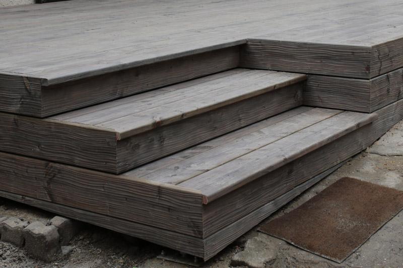 Escalier avec des lames de terrasse destructurées grisées